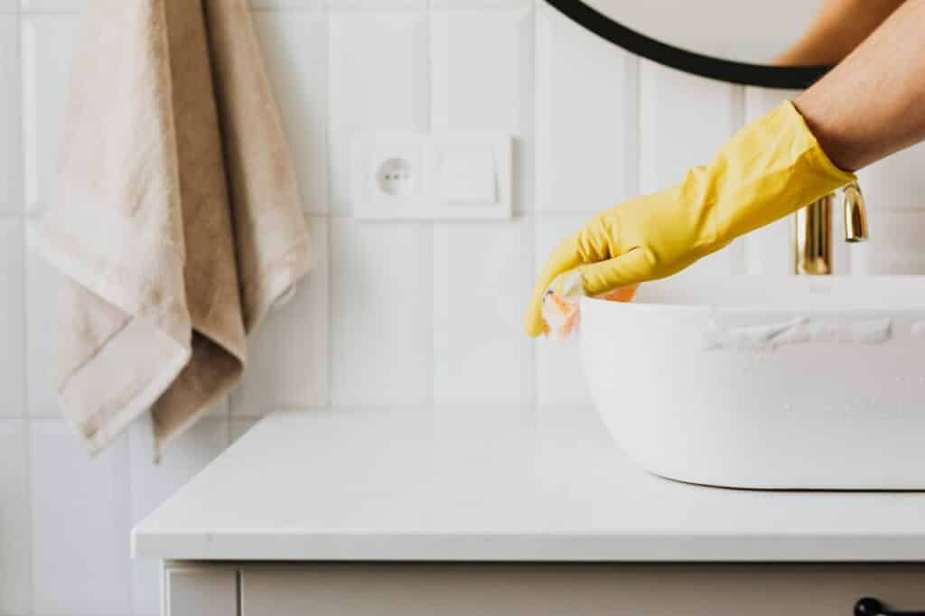 Sink cleaning in a bathroom