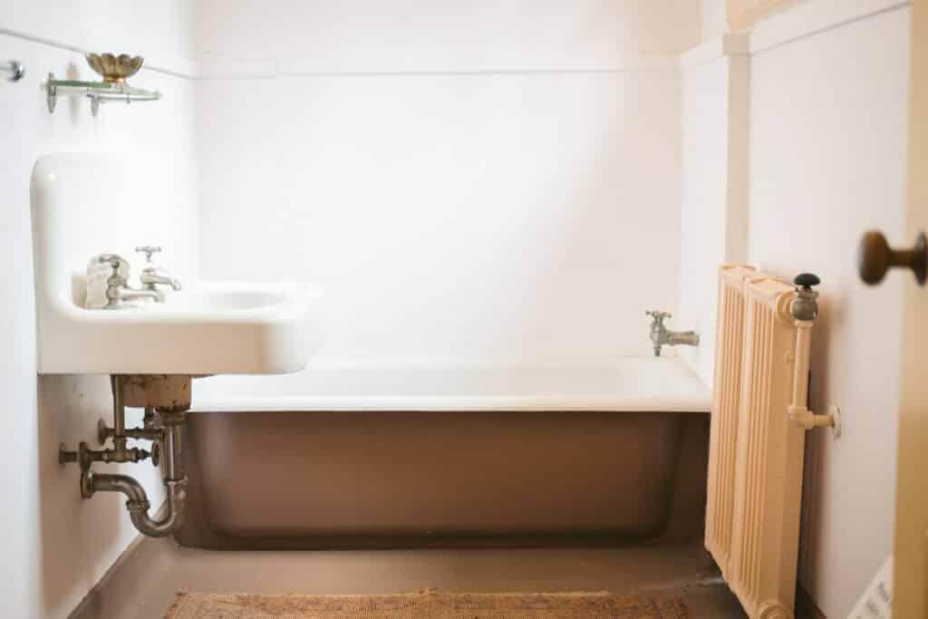 tub in a 5x8 bathroom layout